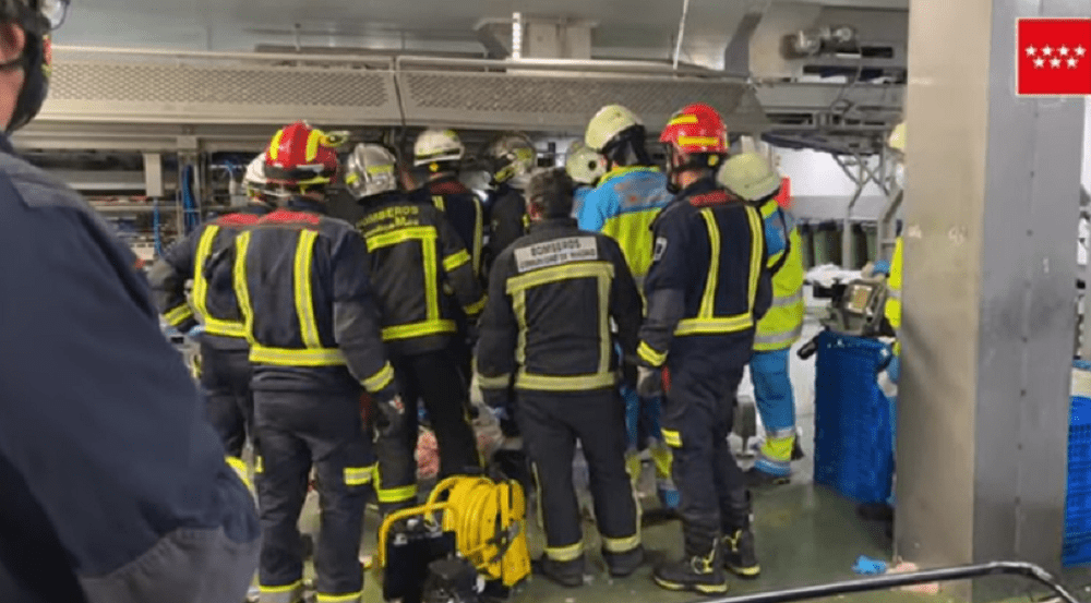 Bomberos de la Comunidad de Madrid liberan a un trabajador de una empresa cárnica de San Agustín del Guadalix
