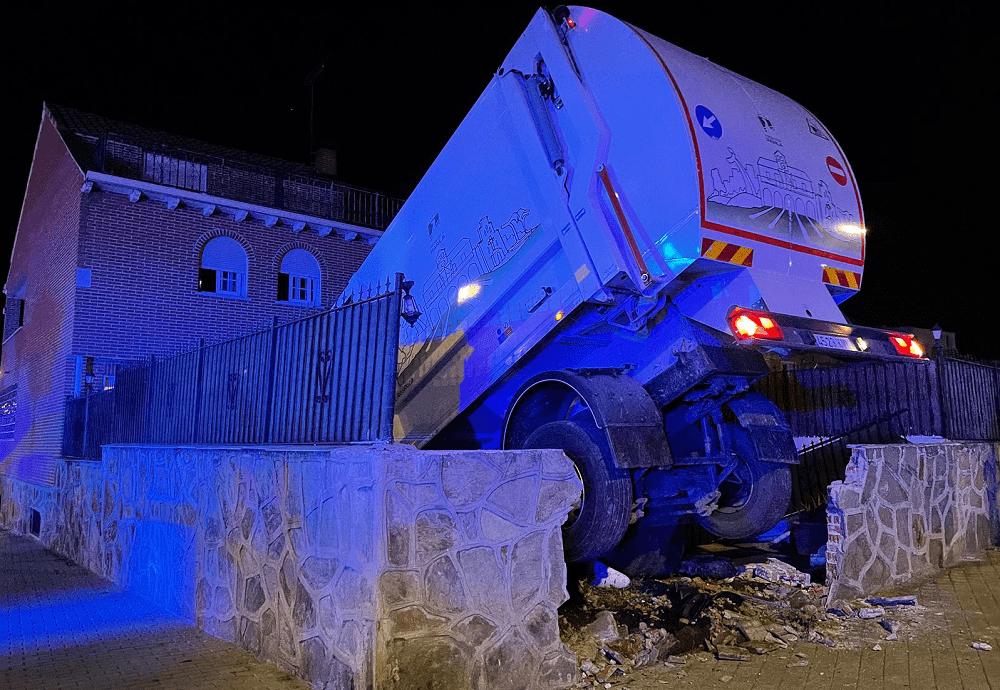 Un camión se empotra contra una casa en Parla esta noche